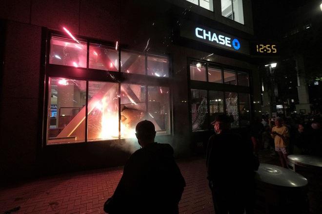 Biểu tình bạo lực ở Mỹ: Cảnh sát bị bắn chết, Tổng thống Trump dọa chó dữ  - Ảnh 4.