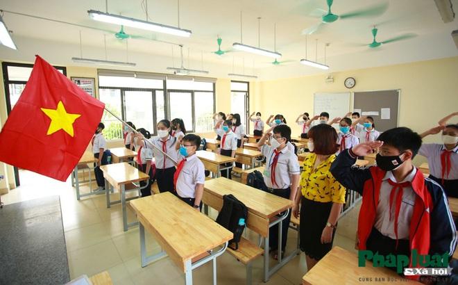 Tiết chào cờ đặc biệt tại trường THCS Khương Đình trong ngày đầu đi học trở lại