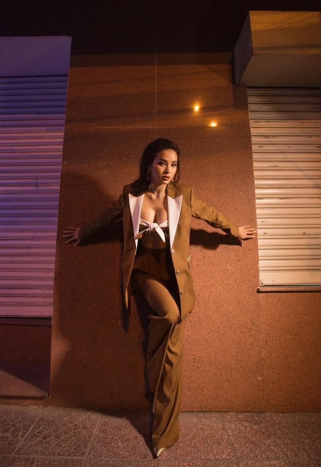 Phương Trinh Jolie mặc gợi cảm, tiết lộ số đo 3 vòng - Ảnh 1.