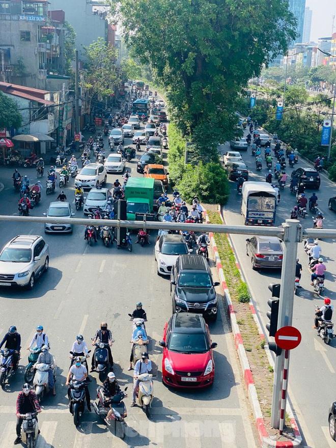 Phương tiện lưu thông trên đường phố Hà Nội tăng đột biến sau kỳ nghỉ 4 ngày - Ảnh 1.