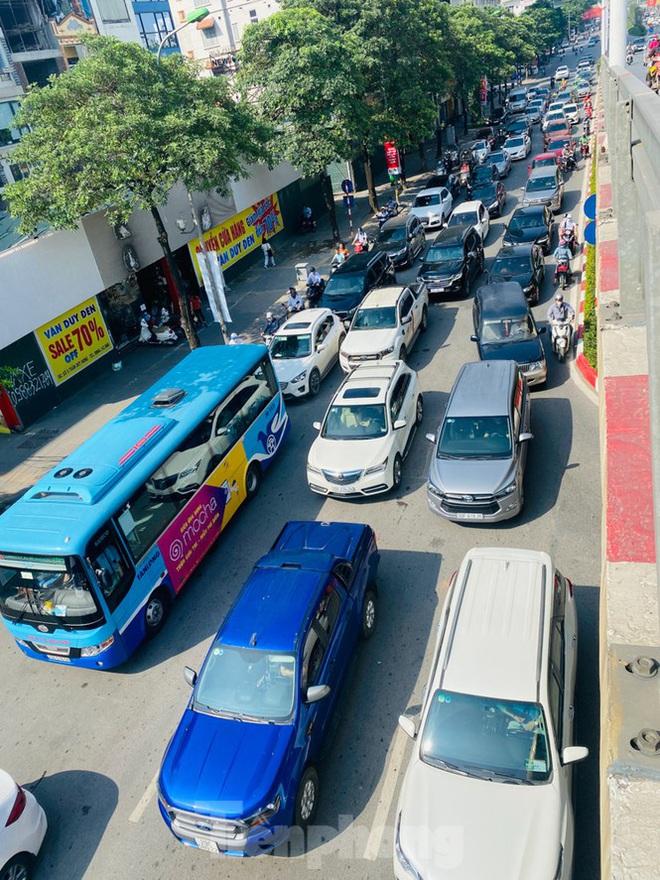 Phương tiện lưu thông trên đường phố Hà Nội tăng đột biến sau kỳ nghỉ 4 ngày - Ảnh 2.