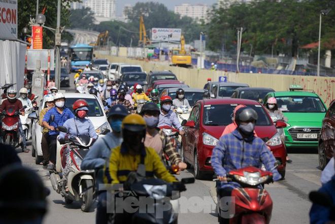 Phương tiện lưu thông trên đường phố Hà Nội tăng đột biến sau kỳ nghỉ 4 ngày - Ảnh 11.