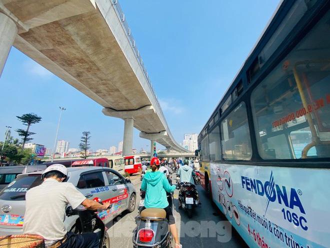 Phương tiện lưu thông trên đường phố Hà Nội tăng đột biến sau kỳ nghỉ 4 ngày - Ảnh 3.