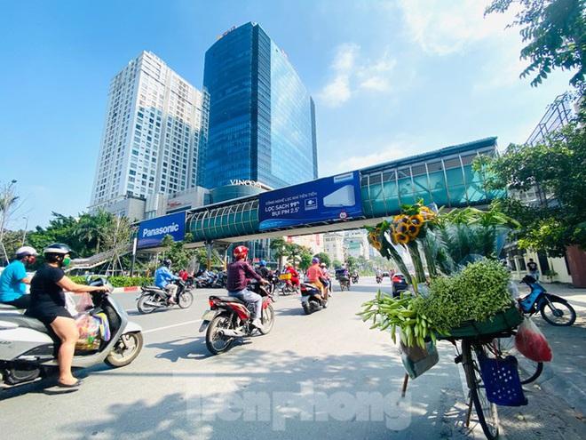 Phương tiện lưu thông trên đường phố Hà Nội tăng đột biến sau kỳ nghỉ 4 ngày - Ảnh 4.