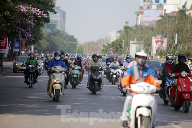 Phương tiện lưu thông trên đường phố Hà Nội tăng đột biến sau kỳ nghỉ 4 ngày - Ảnh 6.