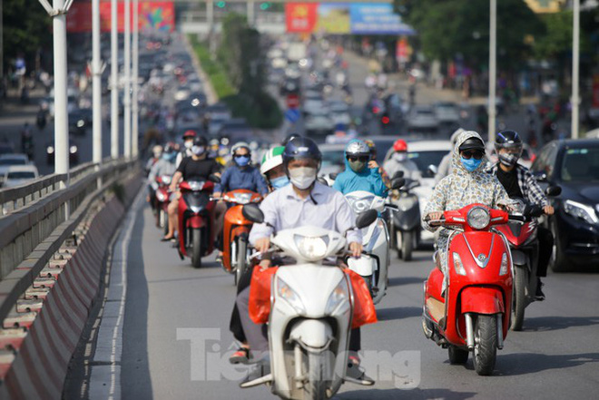 Phương tiện lưu thông trên đường phố Hà Nội tăng đột biến sau kỳ nghỉ 4 ngày - Ảnh 7.