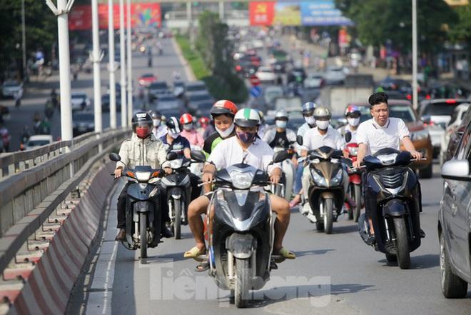 Phương tiện lưu thông trên đường phố Hà Nội tăng đột biến sau kỳ nghỉ 4 ngày - Ảnh 8.