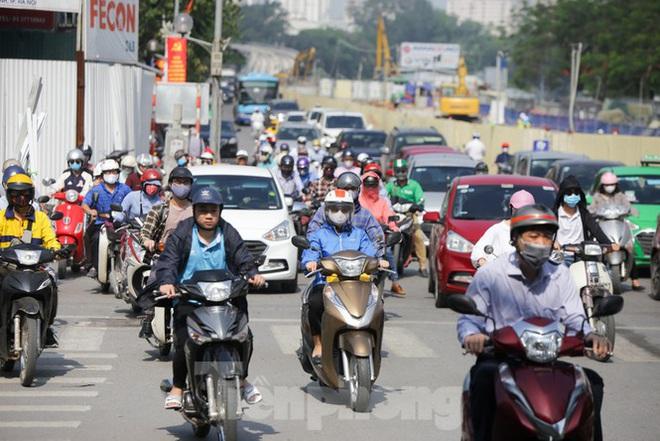 Phương tiện lưu thông trên đường phố Hà Nội tăng đột biến sau kỳ nghỉ 4 ngày - Ảnh 10.