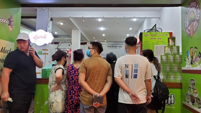 Nắng nóng đầu hè, hàng kem nổi tiếng Hà Nội chật cứng người  - Ảnh 4.