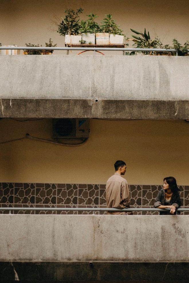 Cặp đôi chụp ảnh lãng mạn, nhưng nụ cười của cô bán cá lọt vào khung hình lại chiếm trọn spotlight - Ảnh 8.