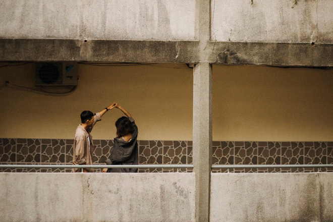 Cặp đôi chụp ảnh lãng mạn, nhưng nụ cười của cô bán cá lọt vào khung hình lại chiếm trọn spotlight - Ảnh 13.