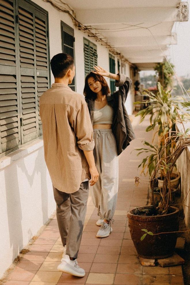 Cặp đôi chụp ảnh lãng mạn, nhưng nụ cười của cô bán cá lọt vào khung hình lại chiếm trọn spotlight - Ảnh 2.