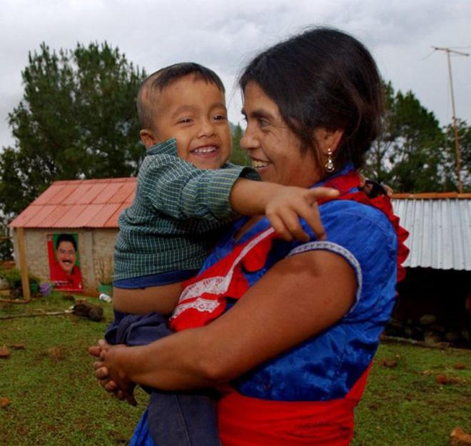 Đau đẻ nhưng không có ai bên cạnh giúp đỡ, bà mẹ đưa ra quyết định phi thường cứu sống con - Ảnh 3.