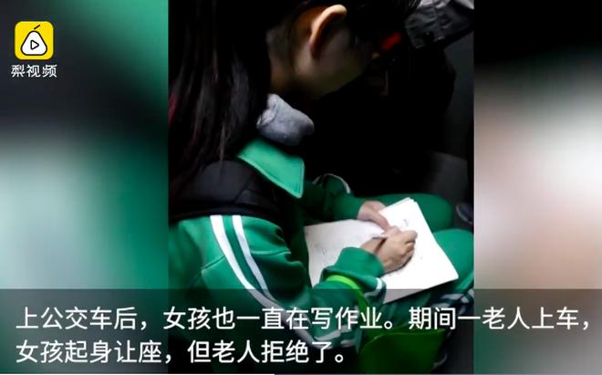 Nữ sinh gây chú ý vì mải mê làm bài tập trên xe bus, tuy nhiên hành động sau đó mới khiến nhiều người ngợi khen