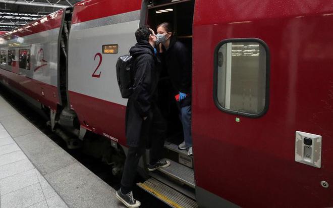 24h qua ảnh: Cặp đôi hôn chia tay nhau tại nhà ga tàu hỏa - Ảnh 4.