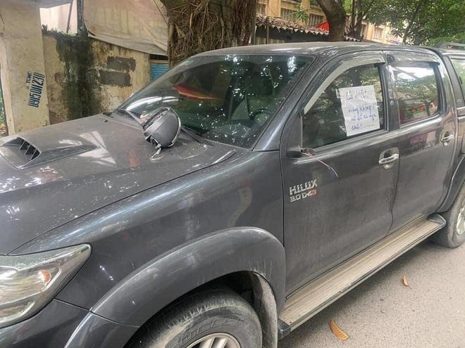 Đỗ xe bên đường, tài xế tức giận khi bị vặt gương, đọc mẩu giấy trên kính lại đỏ mặt xấu hổ  - Ảnh 2.