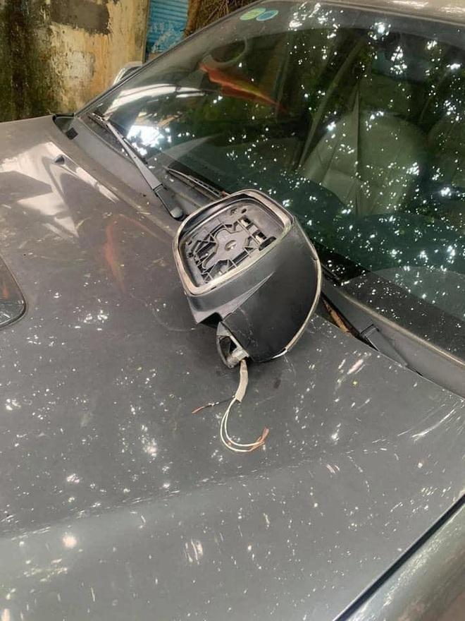 Đỗ xe bên đường, tài xế tức giận khi bị vặt gương, đọc mẩu giấy trên kính lại đỏ mặt xấu hổ  - Ảnh 3.