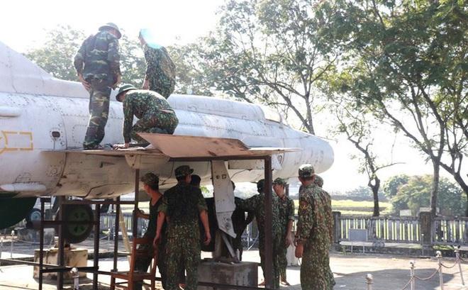 Mục kích quân đội tháo rời máy bay tại Huế chuyển về bảo tàng