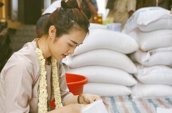 Diệp Bảo Ngọc góp sức làm thiện nguyện trong ngày Phật Đản - Ảnh 2.