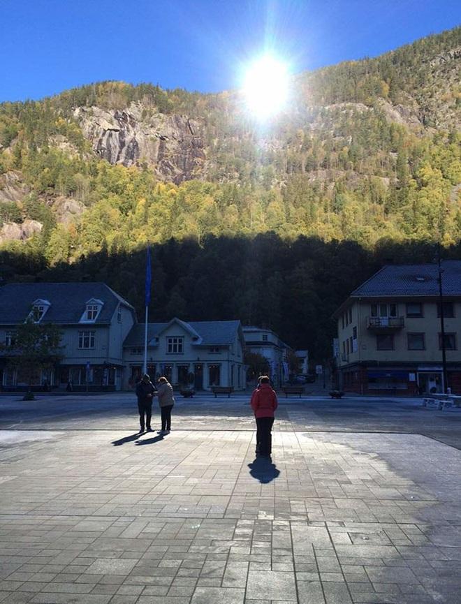 Thị trấn ảm đạm 5 tháng trong năm không thấy mặt trời ở Na Uy - Ảnh 4.