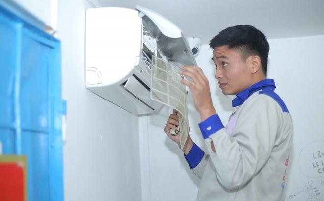 Thợ bảo dưỡng điều hòa làm việc hết công suất, thu về vài triệu mỗi ngày