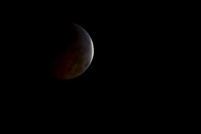 Nguyệt thực đen: Bí ẩn hiện tượng Mặt Trăng đột ngột bốc hơi trên trời khiến giới khoa học kinh ngạc - Ảnh 2.
