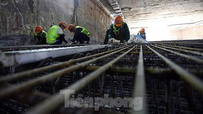 Công nhân làm việc dưới hầm sâu 19 mét ga Nhổn - Ga Hà Nội ngày nắng nóng - Ảnh 2.