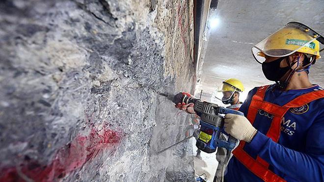Công nhân làm việc dưới hầm sâu 19 mét ga Nhổn - Ga Hà Nội ngày nắng nóng - Ảnh 4.