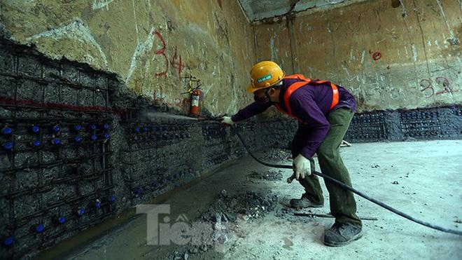 Công nhân làm việc dưới hầm sâu 19 mét ga Nhổn - Ga Hà Nội ngày nắng nóng - Ảnh 7.
