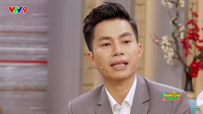 MC Tấn An nói về vợ kém 14 tuổi: Đi diễn về, tôi phải dọn dẹp, giặt đồ, cơm nước cho vợ, vợ không làm gì hết - Ảnh 1.