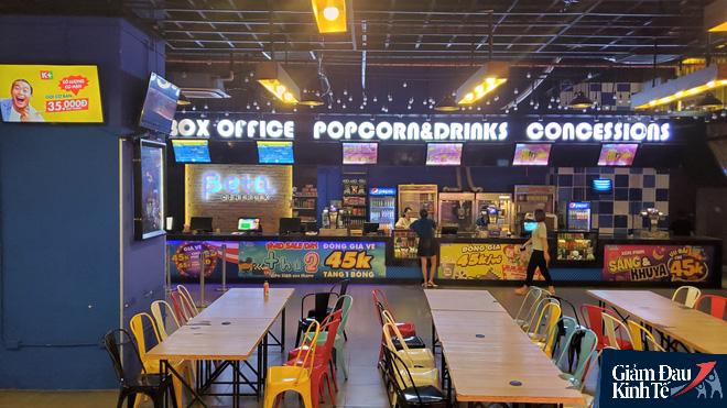 Rạp chiếu phim ở Hà Nội làm điều chưa từng trong ngày đầu mở cửa trở lại mùa Covid-19 - Ảnh 1.