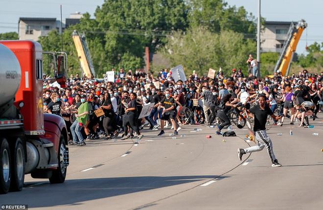Mỹ: Đứng tim khoảnh khắc xe bồn khổng lồ phi thẳng vào đám đông biểu tình tại Minnesota - Ảnh 3.