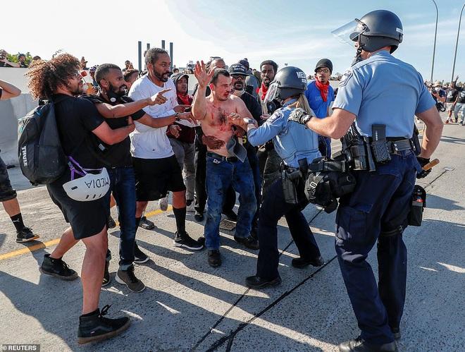 Mỹ: Đứng tim khoảnh khắc xe bồn khổng lồ phi thẳng vào đám đông biểu tình tại Minnesota - Ảnh 5.