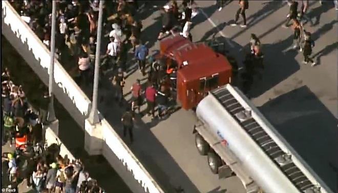 Mỹ: Đứng tim khoảnh khắc xe bồn khổng lồ phi thẳng vào đám đông biểu tình tại Minnesota - Ảnh 6.
