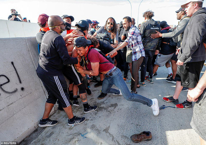 Mỹ: Đứng tim khoảnh khắc xe bồn khổng lồ phi thẳng vào đám đông biểu tình tại Minnesota - Ảnh 7.
