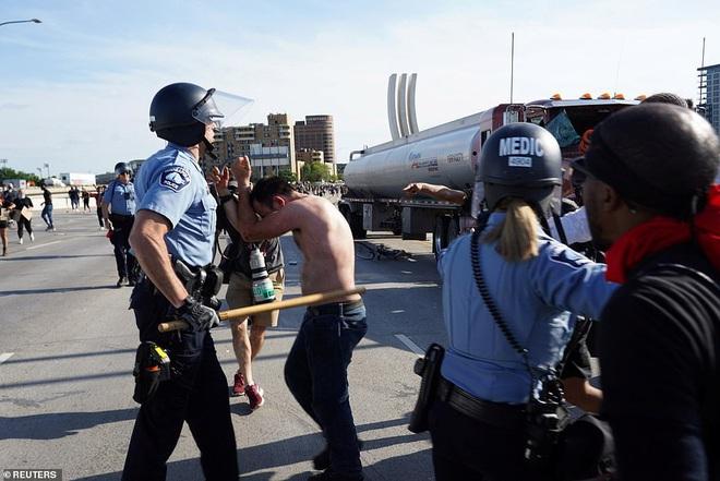 Mỹ: Đứng tim khoảnh khắc xe bồn khổng lồ phi thẳng vào đám đông biểu tình tại Minnesota - Ảnh 8.