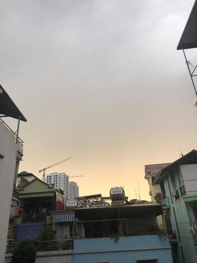 Hà Nội vừa nắng gay gắt bỗng đón cơn dông to bất ngờ, dân tình choáng với cảnh tượng bụi quấn quanh tòa nhà như bão cát - Ảnh 4.