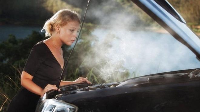 Các kỹ năng xử lý khi xe ô tô bốc cháy - Ảnh 1.