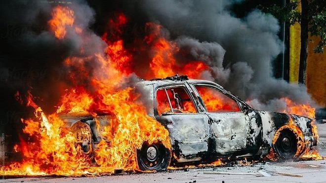 Các kỹ năng xử lý khi xe ô tô bốc cháy - Ảnh 2.