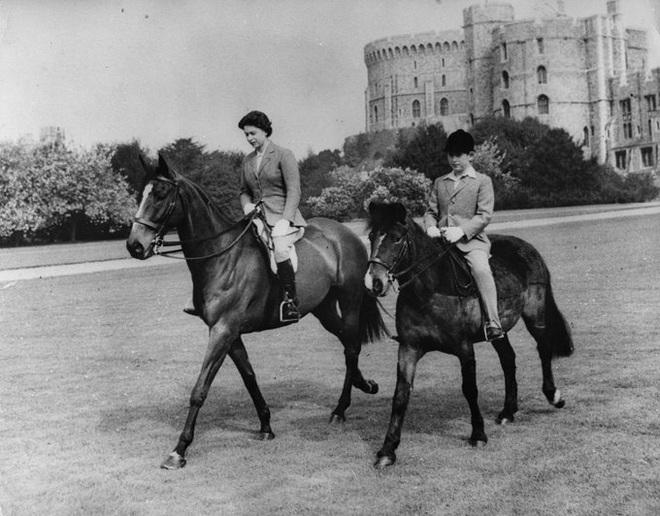 Nữ hoàng Anh gây kinh ngạc khi lần đầu tái xuất sau thời gian cách ly - Ảnh 4.