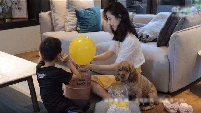 Vợ chủ tịch Taobao lần đầu tiên đưa cả 2 con vào vlog riêng và liên tục khoe nhẫn ở ngón áp út ẩn ý tình trạng của vợ chồng - Ảnh 11.