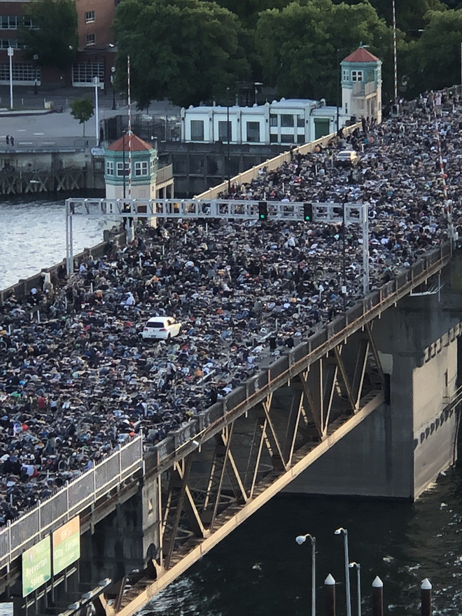 Mỹ: Cả cây cầu tắc nghẽn vì người biểu tình mô phỏng tư thế của nạn nhân bị cảnh sát ghì cổ đến chết - Ảnh 2.