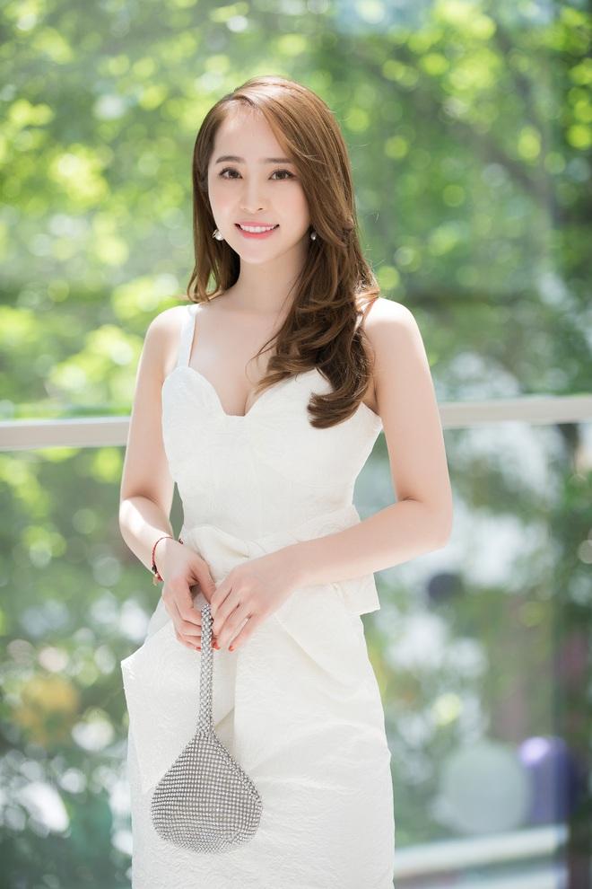 Quỳnh Nga mặc đầm gợi cảm đi sự kiện - Ảnh 5.