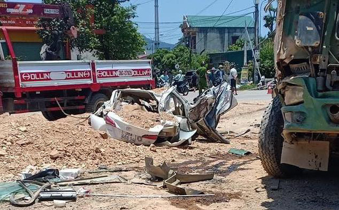 Vụ xe ben đè bẹp xe con khiến 3 người tử vong: Thùng xe ben chở đầy đất cát đè toàn bộ vào xe con