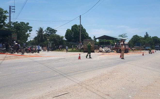 Vụ xe ben đè bẹp xe con khiến 3 người tử vong: Thùng xe ben chở đầy đất cát đè toàn bộ vào xe con - Ảnh 1.