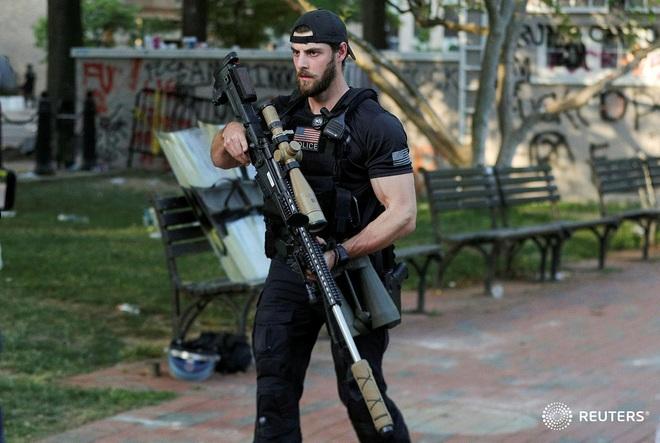 Hé lộ súng bắn tỉa khủng bảo vệ Tổng thống Trump giữa vòng vây của người biểu tình - Ảnh 3.
