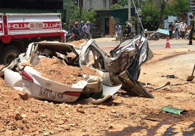 Video hiện trường vụ tai nạn kinh hoàng ở Thanh Hóa, xe ben đè chết 3 người trong xe ôtô - Ảnh 3.