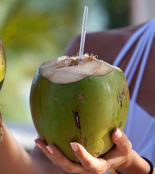 Nước dừa giúp phụ nữ trẻ hóa và ngừa bệnh trong mùa hè nhưng hãy nhớ kỹ: 6 nhóm người KHÔNG uống - 4 thời điểm TRÁNH dùng - Ảnh 4.