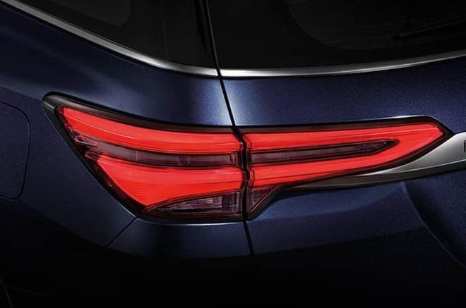 Bên trong Toyota Fortuner 2021 vừa lộ diện có những gì? - Ảnh 1.