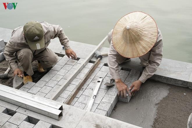 Cận cảnh cải tạo vỉa hè, lát đá hoa cương quanh hồ Hoàn Kiếm - Ảnh 3.